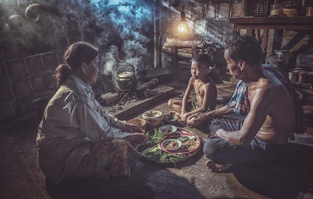 Thaise familie die van maaltijd thuis samen, het platteland van thailand genieten Premium Foto