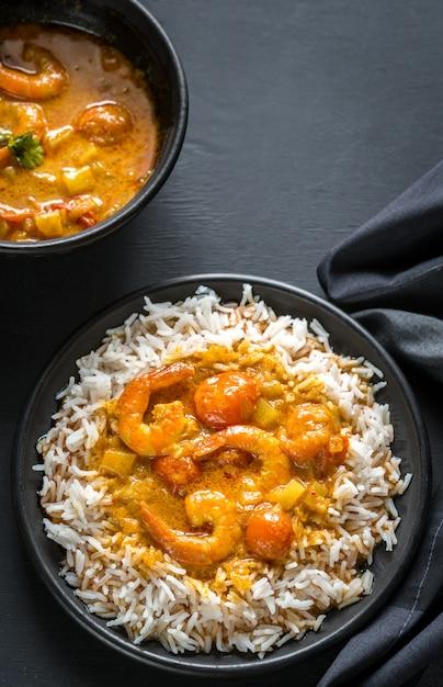 Thaise gele curry met zeevruchten en witte rijst Premium Foto