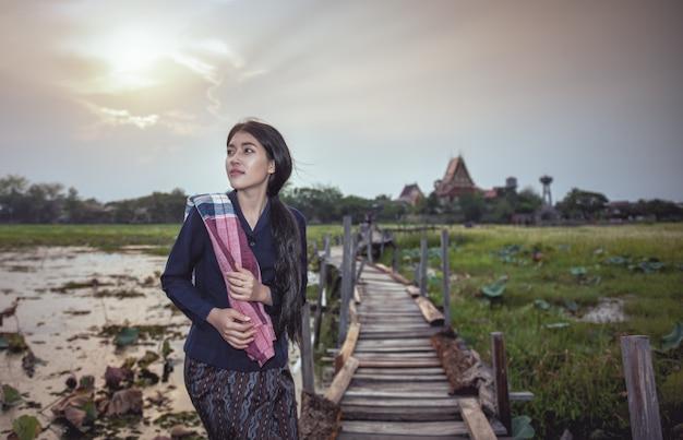 Thaise lokale vrouw die werkt Premium Foto