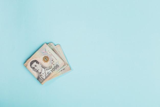 Thaise munt, 1000 baht, geldbankbiljet van thailand op blauwe achtergrond met kopie ruimte voor zaken en financiën concept Premium Foto