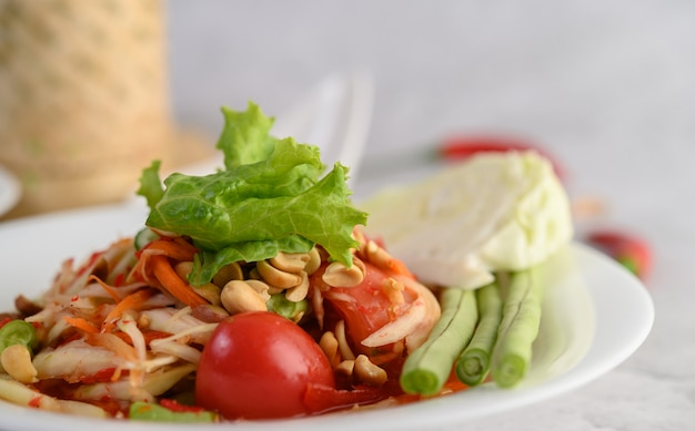 Thaise papajasalade in een witte plaat Gratis Foto