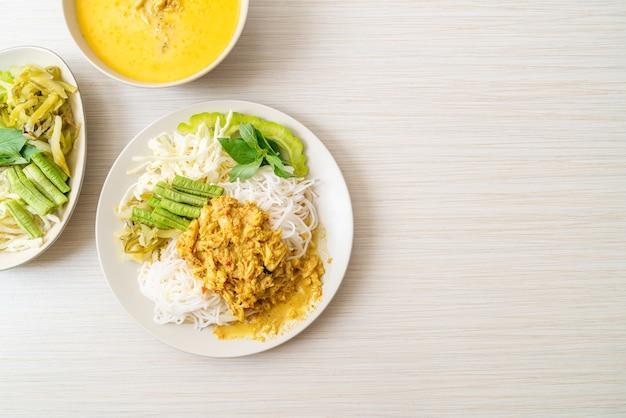 Thaise rijstnoedels met krabcurry en verschillende groenten Premium Foto