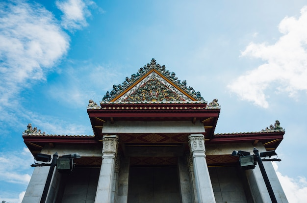 Thaise tempel en blauwe hemel Gratis Foto