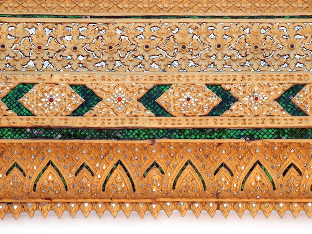 Thaise tempel, ontwerp van het muur het thaise en thaise patroon op muur, traditionele ornamentverf op tempelmuur Premium Foto