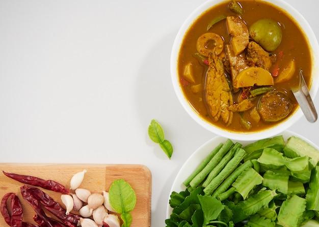 Thaise visorganen zure soep en groenten Premium Foto