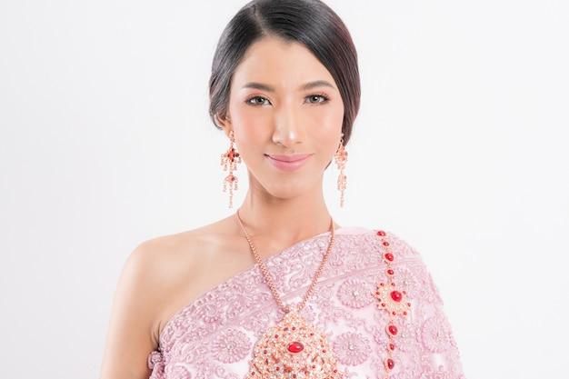 Thaise vrouw die typische traditioneel draagt. Premium Foto