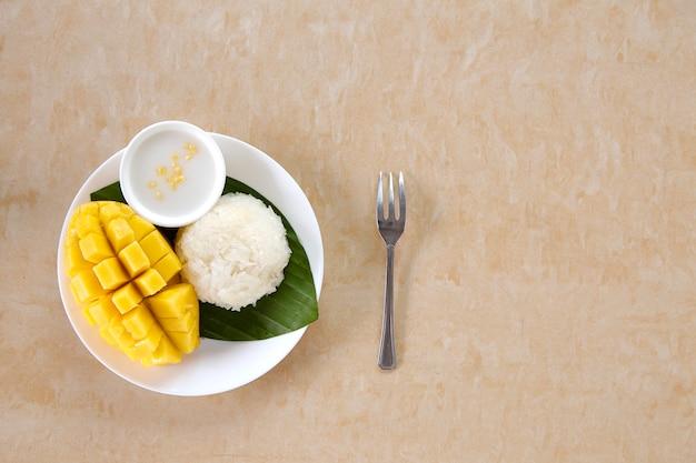Thaise zoete plakkerige rijst met mango Premium Foto
