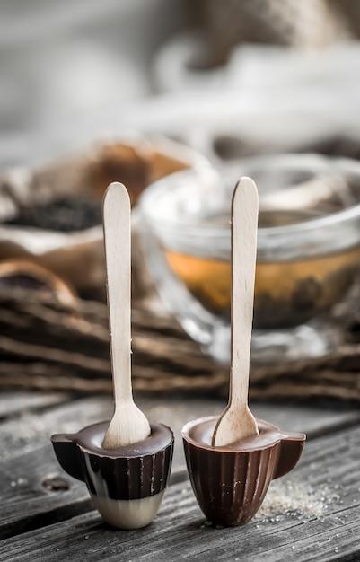 Thee en chocoladesuikergoed op een stok Gratis Foto