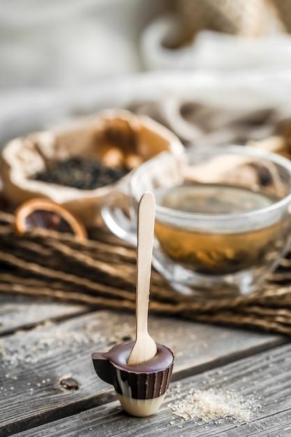 Thee en chocoladesuikergoed op een stok Premium Foto