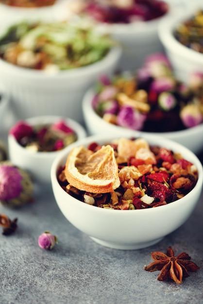 Thee soorten: groen, bloemen, kruiden, munt, melissa, gember, appel, roos, lindeboom, fruit, sinaasappel, hibiscus, framboos, korenbloem, cranberry Premium Foto