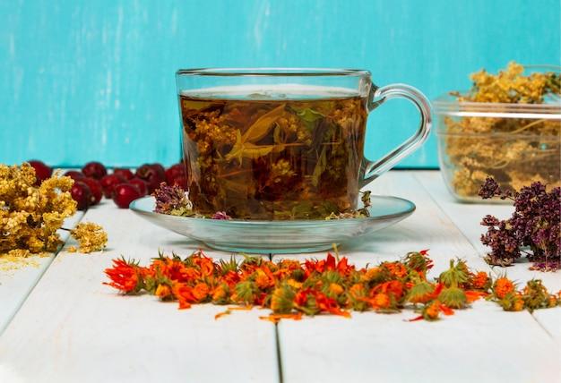 Thee uit geneeskrachtige kruiden. gedroogde geneeskrachtige kruiden voor de gezondheid. Premium Foto