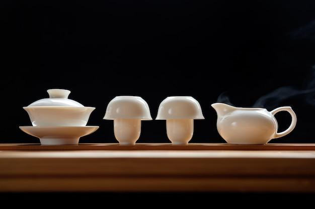 Theeceremonie ingesteld op bamboe tafel Premium Foto