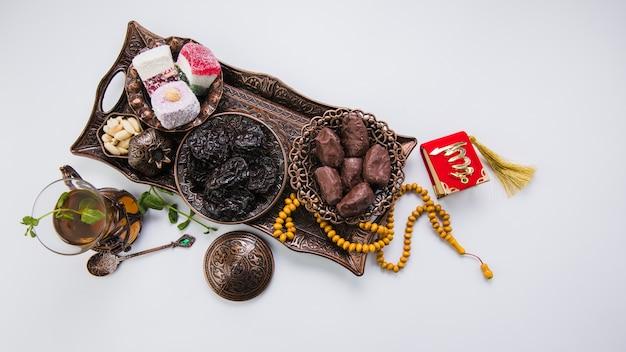Theeglas met gedroogd fruit en kralen Gratis Foto