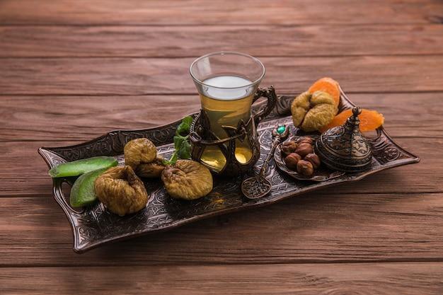Theeglas met gedroogde vijgen en noten Premium Foto