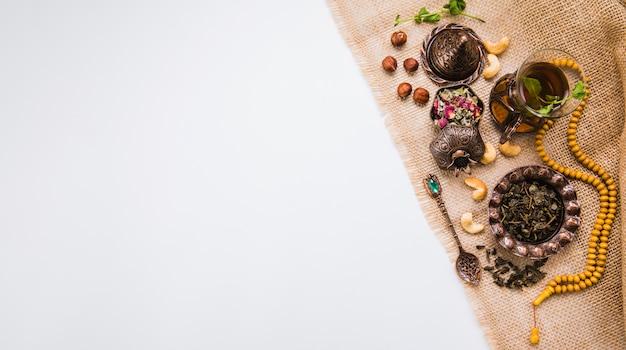 Theeglas met noten, kruiden en kralen Gratis Foto