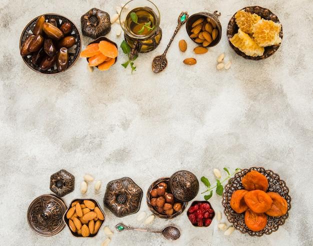 Theeglas met verschillende gedroogde vruchten en noten Gratis Foto