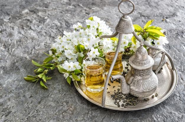 Theeglazen pot. oosterse tafeldecoratie bloemen Premium Foto