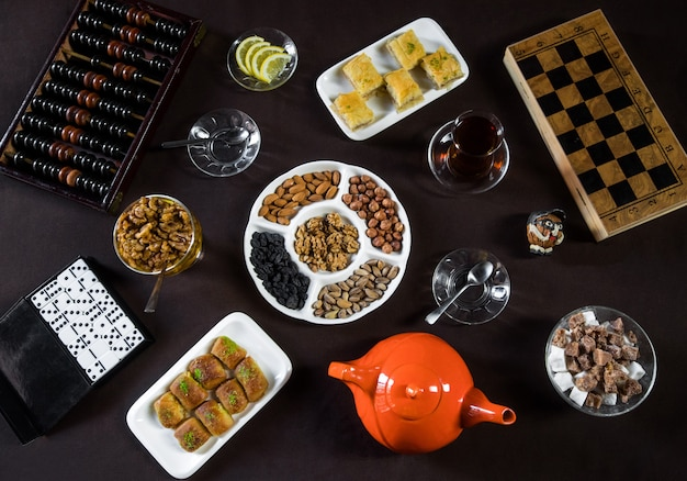 Theetafel met theeglazen, noten en spelborden. Gratis Foto