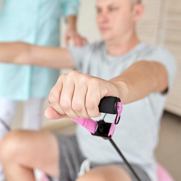 Therapeut die fysiotherapie ondergaat met mannelijke patiënt Gratis Foto