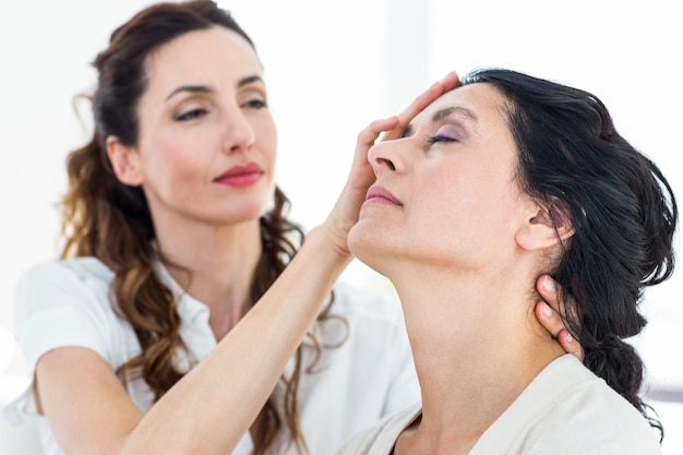 Therapeut die haar patiënt hypnotiseert Premium Foto