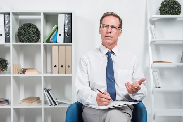 Therapeut op kantoor Premium Foto