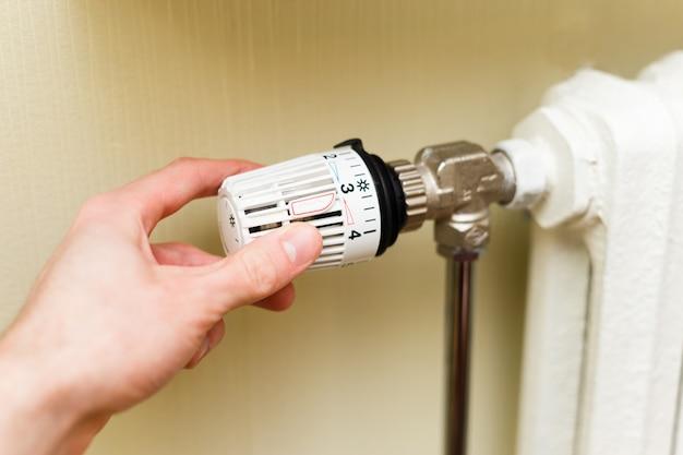 Thermostatisch ventiel op radiator Premium Foto