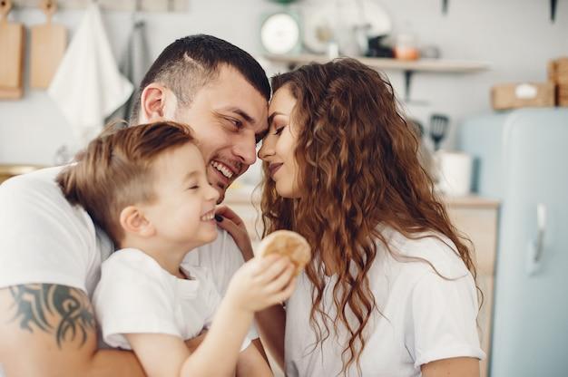 Thuis houdend van familiezitting in een keuken Gratis Foto