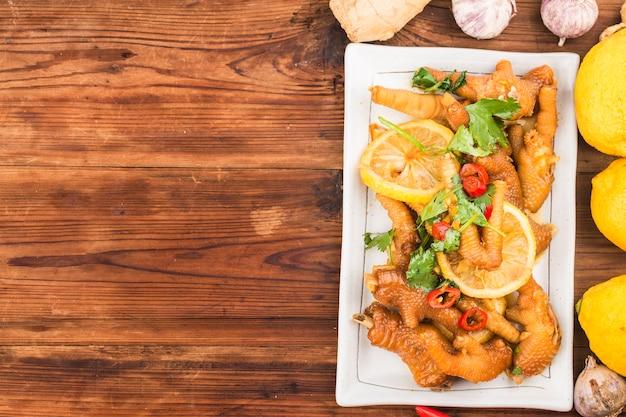 Thuis koken: kippenvleugels met verse citroen Gratis Foto