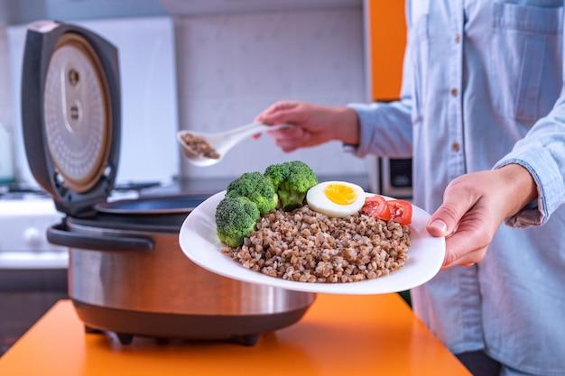 Thuis koken van verse maaltijden met behulp van moderne multi-fornuis Premium Foto