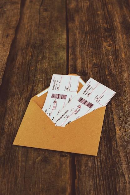 Tickets op houten tafel Gratis Foto