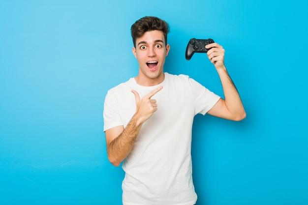 Tiener blanke man met een spelbesturing Premium Foto