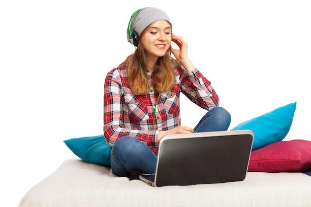 Tiener die aan muziek luistert Premium Foto