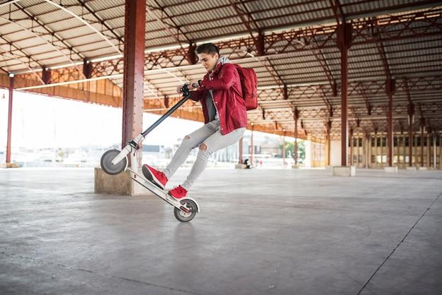 Tiener levensstijl concept met scooter Gratis Foto
