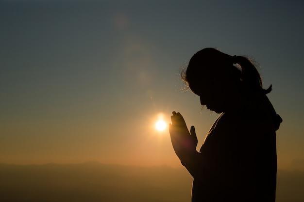Tiener met bidden. vrede, hoop, dromen concept. Gratis Foto