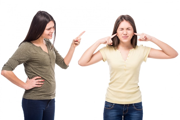 Tiener sloot oren met zijn handen terwijl haar moeder tegen haar schreeuwt. Premium Foto