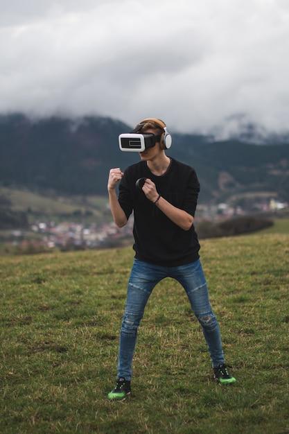 Tiener verdwaald in een digitale wereld - verslaafd aan het spelen van games - virtual reality Gratis Foto