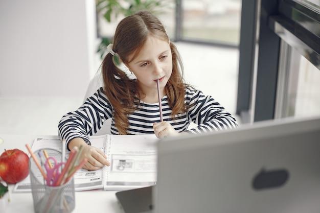 Tienermeisje dat laptop bekijkt. chiln in quarantaine-isolatieperiode tijdens pandemie. thuisonderwijs. social distancing. online schooltest. Gratis Foto