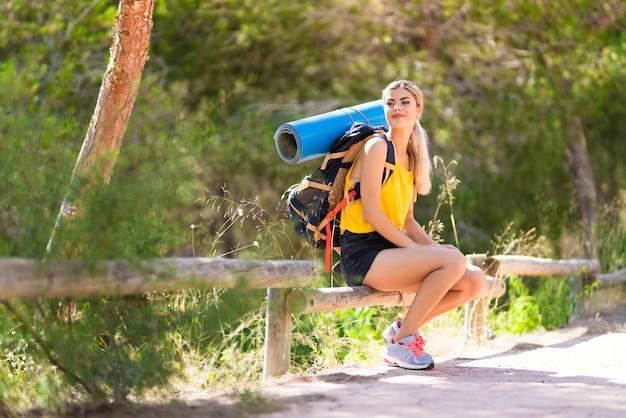 Tienermeisje die in openlucht wandelen bij Premium Foto