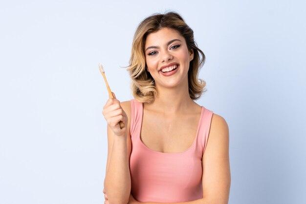 Tienermeisje met een tandenborstel Premium Foto