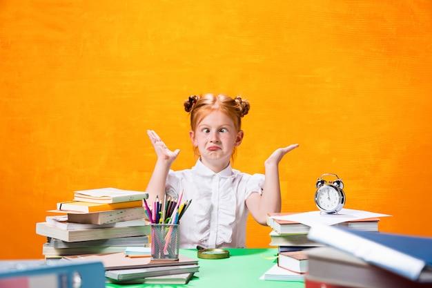 Tienermeisje met veel boeken Gratis Foto