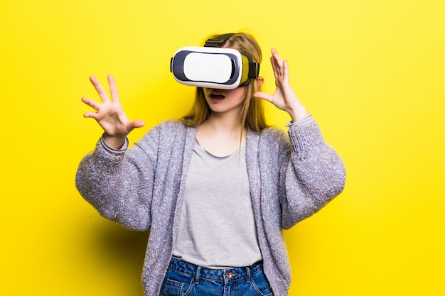 Tienermeisje met virtual reality headset Gratis Foto