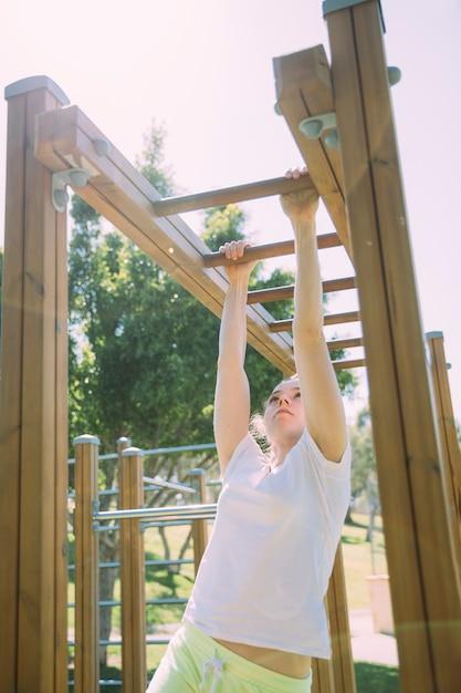 Tienerschoolmeisje die bij wildernisgymnastiek beklimmen Gratis Foto