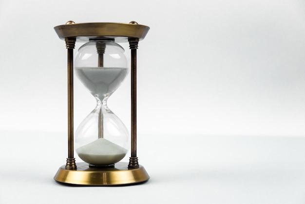Tijd met zandloper liggen afgezwakt in warm Premium Foto
