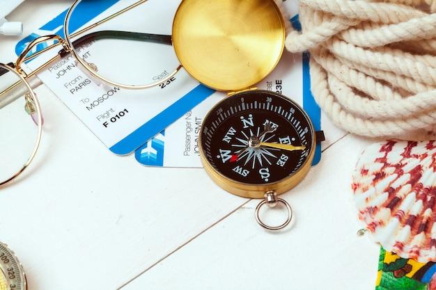 Tijd om te reizen. idee voor toerisme met kaartjes en kompas. Premium Foto