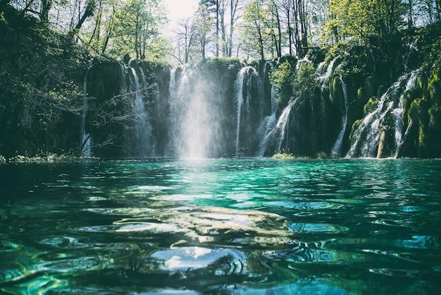 Time-lapse-fotografie van een stromende waterval met meerdere niveaus Gratis Foto