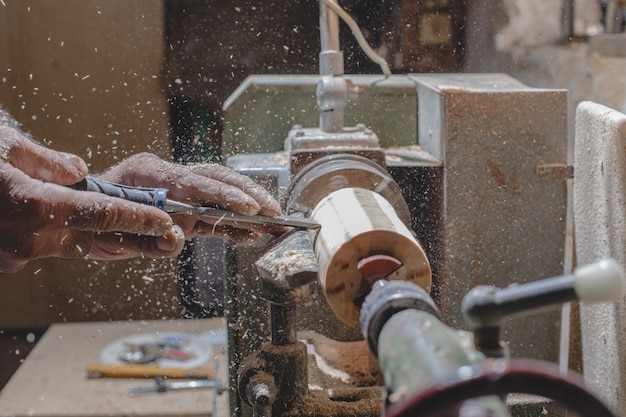 Timmerman die houten stukken pelt om figuren te maken Gratis Foto