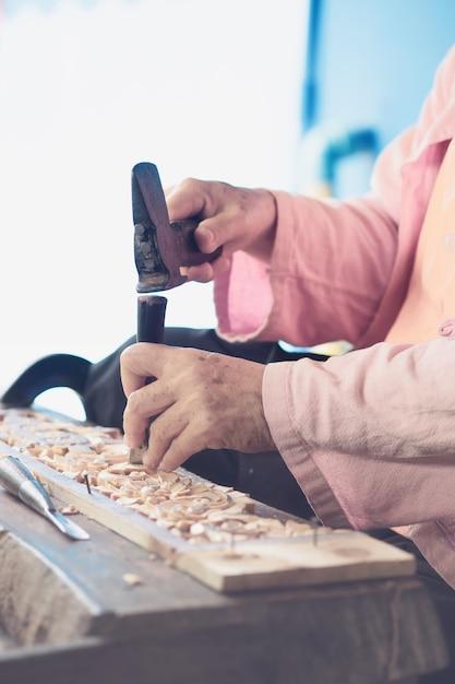 Timmerman gebruikt gesneden beitels, gesneden hout, gebruik het gereedschap Premium Foto