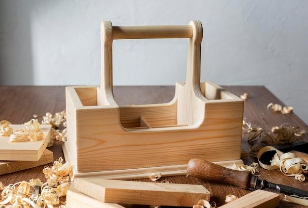 Timmerwerk houten gereedschapskist op tafel Gratis Foto