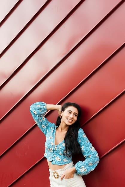 Tin rood ontwerp als achtergrond met vrouw Gratis Foto