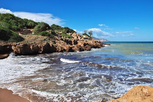 Tipaza roman-ruïnes van steen en zand in algerije, afrika Premium Foto